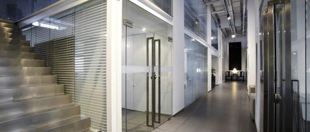 דלתות ומחיצות מזכוכית Tetto